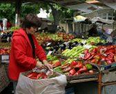 Купуваме по-малко плодове, но повече алкохол и цигари