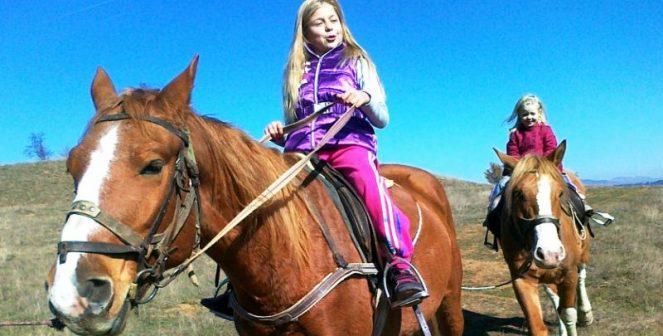 Конната езда помага на деца с церебрална парализа, Даун и аутизъм