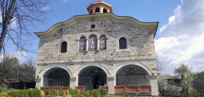 Фермери спасиха от рухване старинната черква на село Съботковци