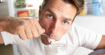 Мъж яде кисело мляко